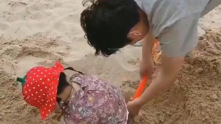 爸爸带着小萝莉在沙滩上玩,接下来一幕,还是亲生的吗?