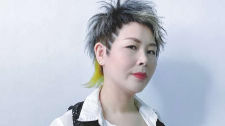 中年女性就应该学这个大姐,让发型师剪一个酷又个性的短发,帅气