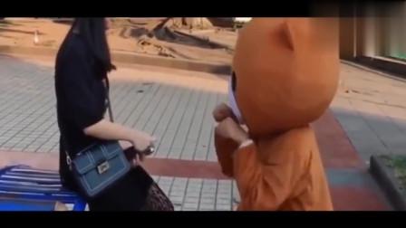 网红熊强行撩妹!碰到强势的小姐姐,这下可惨了