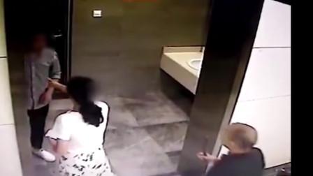 怒!南昌地铁一男子跑女厕所偷拍 当场被抓