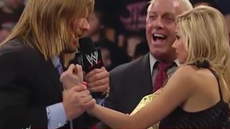 WWE:HHH居然连女人和老头都打,兰迪上演英雄救美,全场欢呼不断
