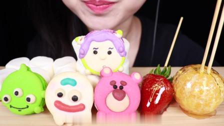 可爱玩具总动员主题的小蛋糕+水果糖葫芦的吃播,蛋糕做的真可爱啊