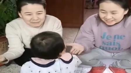两个一模一样的妈妈,让宝宝辨别哪个是真妈妈?下一幕太逗了
