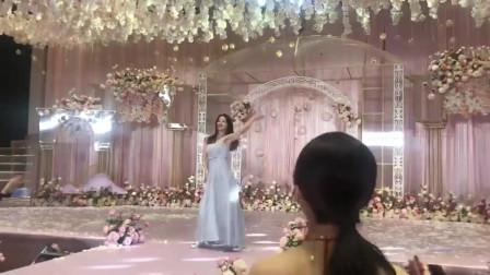 婚礼上伴娘为新娘上台跳舞,网友:你们还缺伴郎吗?