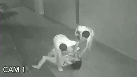 年轻妹子深夜走路回家,2个男子冲过来抢劫,悲剧了