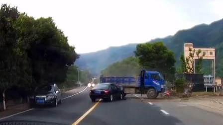 货车转弯险些侧翻,黑色轿车车主目睹一切,肯定吓一身汗《短版》