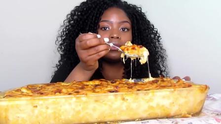 美国黑人阿姨吃播,一大块芝士奶酪张嘴就塞,太馋人了!