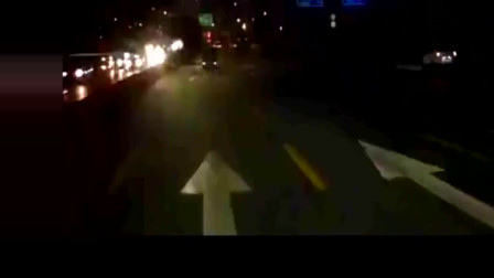 二级路当高速路开,大众汽车把前车撞开几十米,真浪啊!