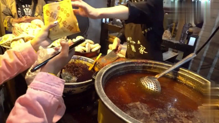 西安这条街的美食不论春夏秋冬永远都吸引各地的外来游客来品尝