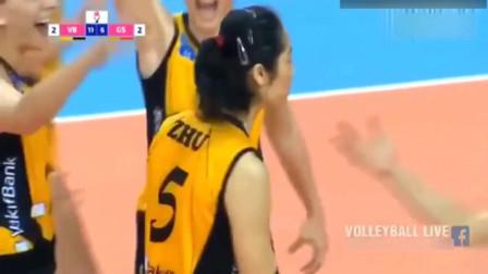 决胜局朱婷跑到对方半场救球成功,气的对方教练抗议直跺脚!