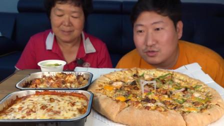 吃播:韩国农村一家人,儿子今天和妈妈吃披萨配芝士意面,好嗨呀!