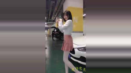 短发短裙美女白丝热舞,这一身在地下车库可能有点凉!