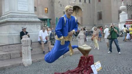 街头艺人表演阿拉丁神灯,身体悬浮在空中,到底用了什么道具?