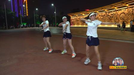 3位美女广场齐跳鬼步舞《蚂蚁46步》,舞步轻盈,动感时尚
