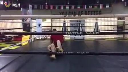 青年自称习武十年去拳馆踢馆,上来一分钟不到被拳馆选手打的无招架之手!