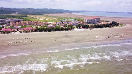 航拍4K镜头下的防城港白浪滩 这里的黑沙白浪 世界上都较为罕见!