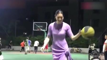 篮球场见到的一个美女,把裙子扎起来后,还自己一个人打篮球!