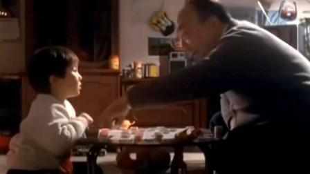 爷孙俩下象棋,爷爷忽然,孙子直呼耍赖