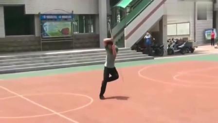 高手在民间!中学体育老师表演的少林风火棍