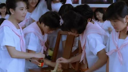 女同学为了整蛊老师,在凳子上涂胶水,老师这回下身难保!