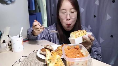 吃播小姐姐:今天吃虎皮卷+蛋糕盒子+辣条,吃着太多,有点腻!