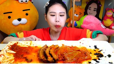 韩国大胃王卡妹,吃排骨、粉条、面条、饭团,配泡菜,吃的真过瘾