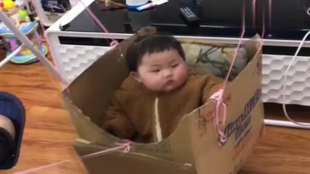 爸爸为了不耽误玩手机,小萝莉放在这个箱子里
