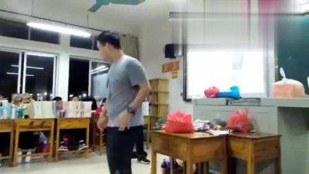 男生在班级模仿蔡徐坤打球,学到了精髓