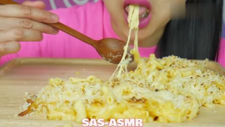 国外吃货微笑姐,吃烤奶酪通心粉,发出咀嚼声,吃得太馋人了