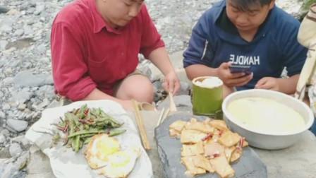 户外吃饭,大石头为桌子,石片为盘,竹筒为碗,一样可口美味
