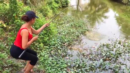 小小河流大鱼真多,农村妹子出来抛几杆,看看她钓到啥了?