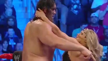 WWE:美女打不过巨人,竟用这种方式取胜,做女人真好。