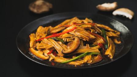清淡的腐竹烧香菇淋上浓稠汤汁,口感不输任何肉食