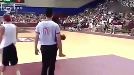 吴悠单挑美国洲际街球王,结果惨了,一个假动作被晃倒
