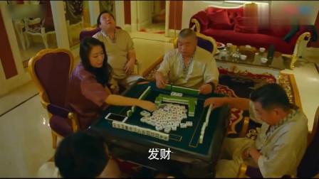 打麻将三缺一叫旁边大叔接上,结果是个赌神,胡的停不下来