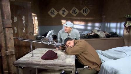 男子睡觉抱着机关枪,队长一看枪口指的方向,立马吓出一身冷汗!