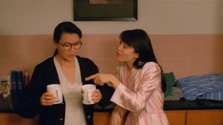 姐姐给妹妹泡了两杯茶,妹妹双手接过来,不料被子粘在手上了