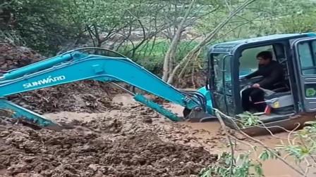 新手开挖掘机的常见状况,估计是没得救了,损失惨重啊!