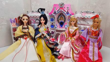 芭比和闺蜜到化妆屋试穿各种漂亮的古装连衣裙, 打扮成古代公主