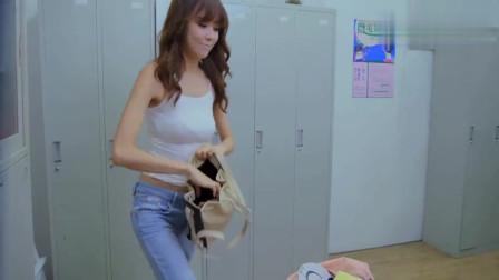 美女在更衣室换衣服,另一女子门外偷看还露出邪恶的笑容