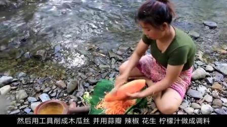 """""""精致""""女汉子野外制作水果沙拉,看到她的做法,让人难以置信"""