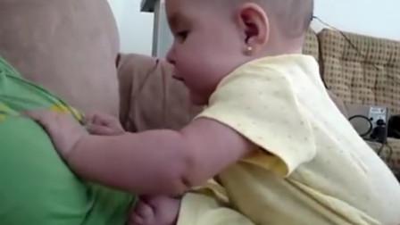 小寶寶用力扯媽媽衣服,萌娃:媽媽你快喂下我吧,我快餓壞了