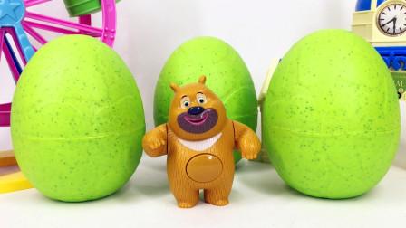熊二拆3个绿色超大奇趣蛋超多迷你公仔