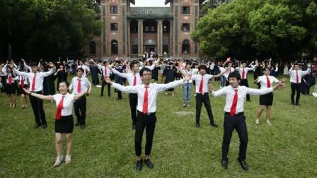 大学毕业典礼,校园里突然响起《红日》,操场瞬间百人起舞!