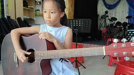 钟晓晴同学学习吉他视频
