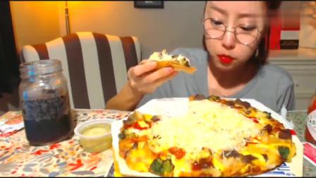 韩国吃播大胃王一个人吃完芝士的牛肉披萨,这是一顿吃饱三天不饿