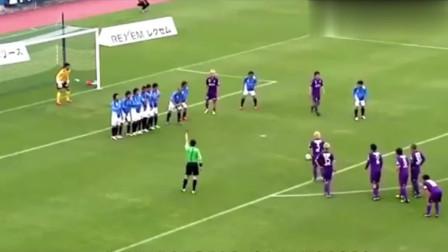 体育趣闻-足球比赛场上六个搞笑进球,门将估计是失恋了