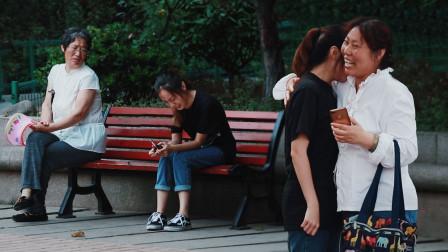 女孩高考没考好,蹲在路边哭泣,有人主动给了她一个大大的拥抱!