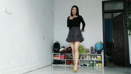跳广场舞的有很多,我还是喜欢她跳的,潇洒又自信
