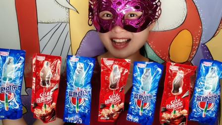 小姐姐吃趣味糖果,可乐造型的棒棒糖,2种口味香甜味美吃得嗨